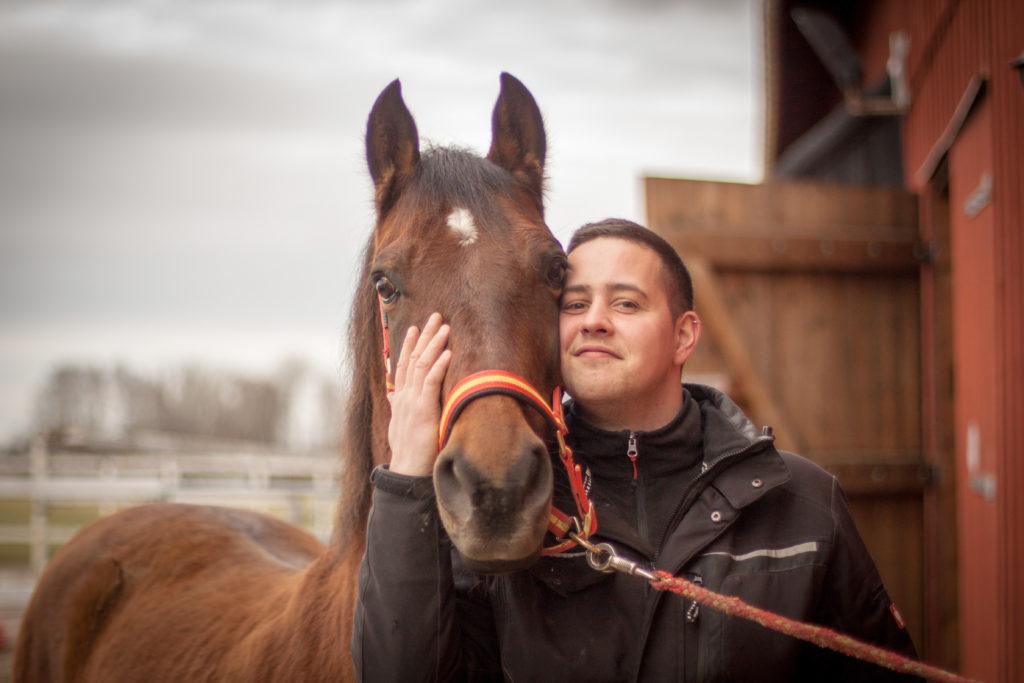 Philipp teilt Rominas Liebe zu ihren Pferden